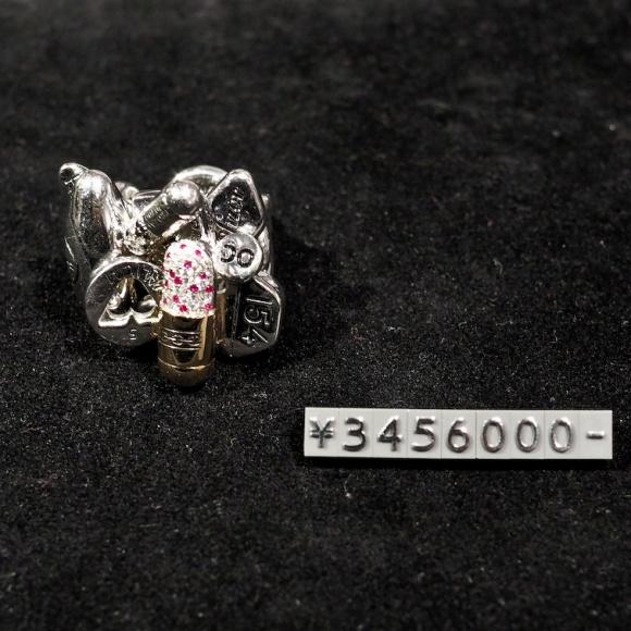 「ダミアン・ハースト」のネックレス<810万円>を渋谷で