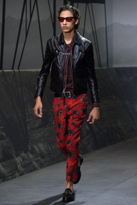 今季コアなカラーリングは、 赤と黒の組み合わせ。