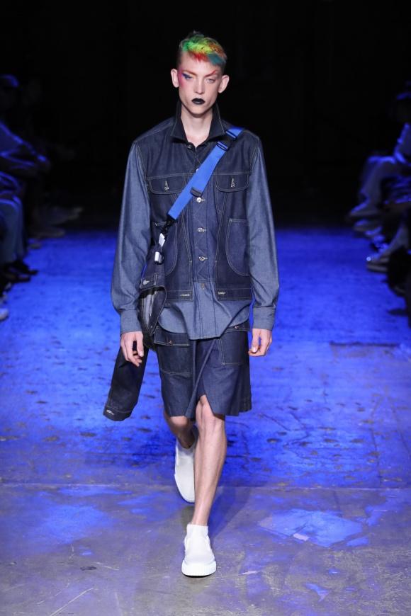 デニムジャケットは、 トロンプルイユの仕立て。