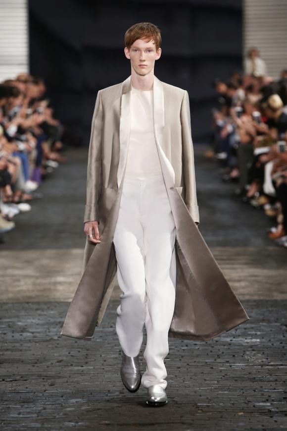 マキシ丈ロングコートの 新しいバランス。