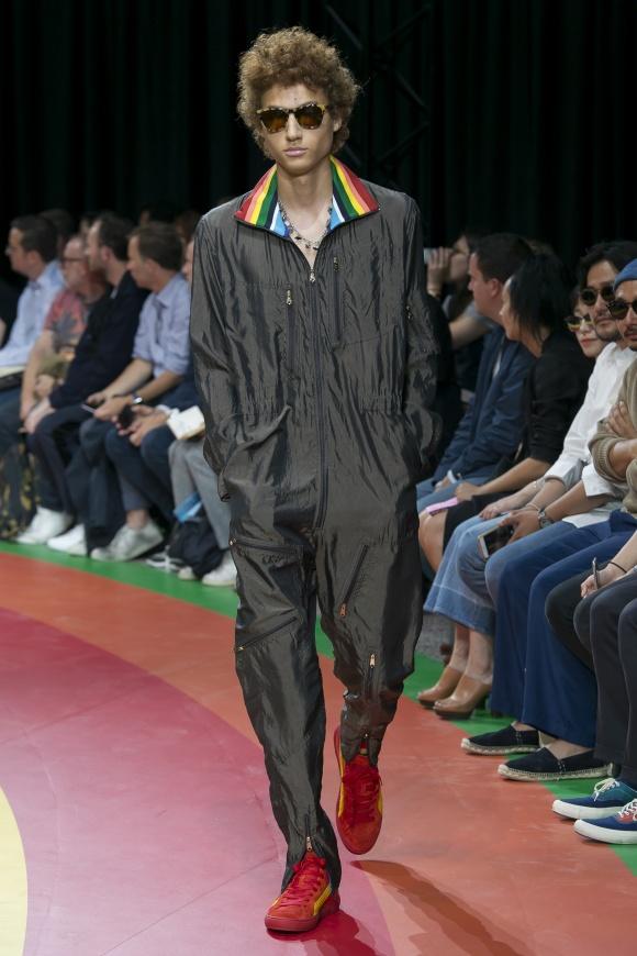 ジャンプスーツの襟裏にも、 ラスタカラーをチラ見せ。
