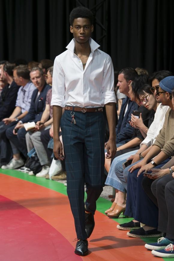 袖まくりや襟立てで、 白シャツを粋に着こなす。