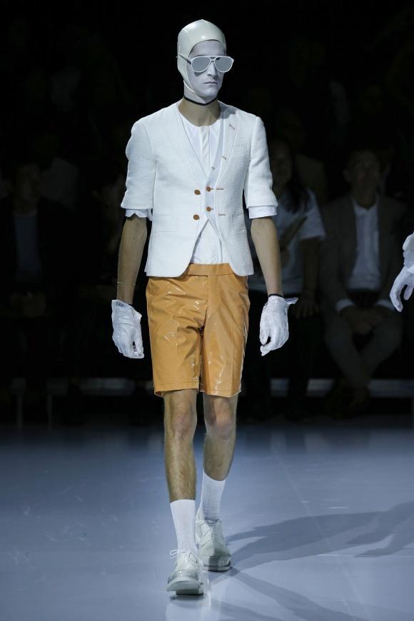 パンツとシューズは、 光沢のあるエナメル素材。