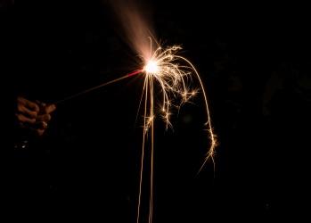 夏の夜を華麗に彩る、モダンな花火。