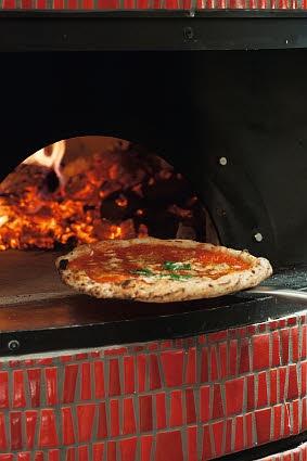 本場ナポリの味が、目の前で焼き上がる。
