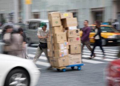【加谷珪一/経済ニュースの文脈を読む】 ヤマト値上げが裏目に? 運送会社化するアマゾン