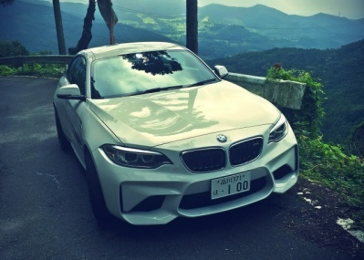ビーエム!? 違う、そうじゃない。「BMW」とちゃんと呼ばせたいM2クーペのBMWたる理由とは!?