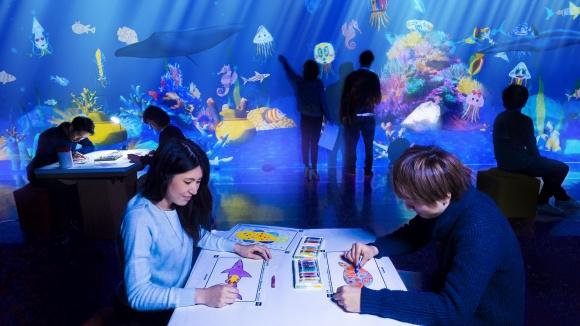 夜の水族館に、魚たちの動きに合わせて変化する、巨大アート空間が登場。