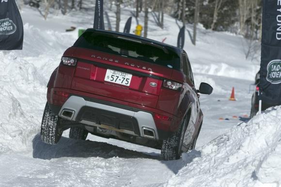 雪道でも、どんな道でも変わらないSUV、ランドローバーの実力。