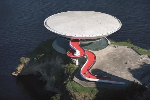 「人々のための建築」を目指したオスカー・ニーマイヤーの大回顧展、東京都現代美術館で開催!
