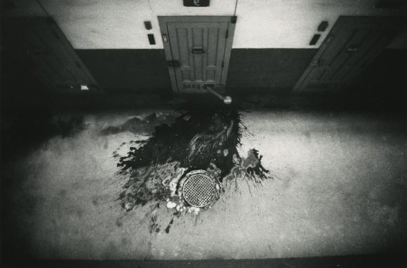 戦後写真史に残る傑作を見るチャンス。男子修道院と女子刑務所を撮った「奈良原一高 王国」。