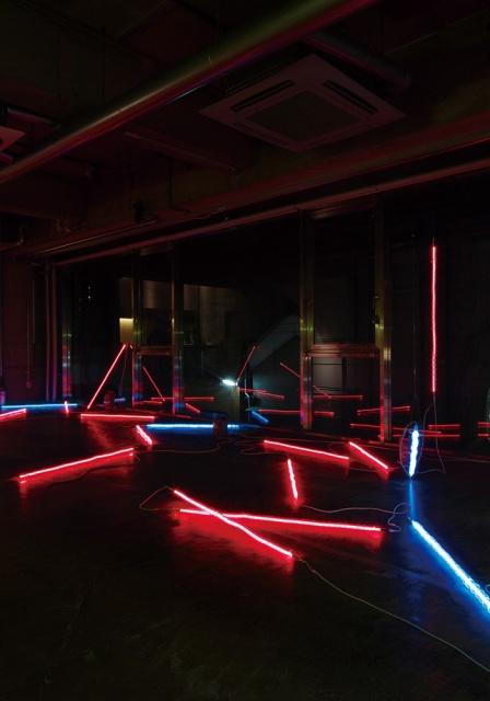ゆらゆらと光が浮遊する不思議な空間。「国谷隆志 Deep Projection」開催中です。